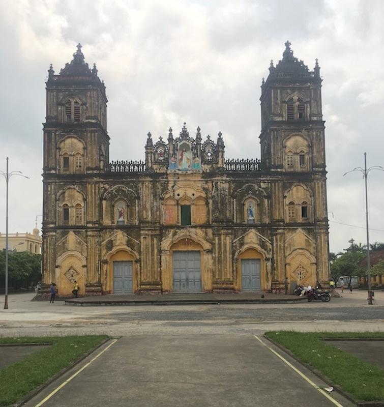 Nhà thờ được xây dựng theo phong cách kiến trúc Ba rốc dưới thời Pháp thuộc bởi giám mục Wenceslao Onate Thuận (1884)