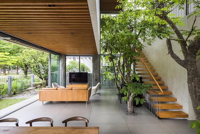 Chất liệu chủ yếu được dùng khi thiết kế ngôi nhà này chính là gỗ, nguyên liệu thiên nhiên vừa có màu sắc hòa hợp với xanh lá, vừa đem lại một cảm giác thô mộc, thân quan, dễ chịu.