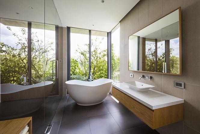 Những khoảng không gian riêng tư như phòng ngủ và phòng tắm, các nhà thiết kế xây dựng theo một khối vuông đặc nhưng có một điểm chung là luôn có tầm nhìn hướng ra cây cối, thiên nhiên