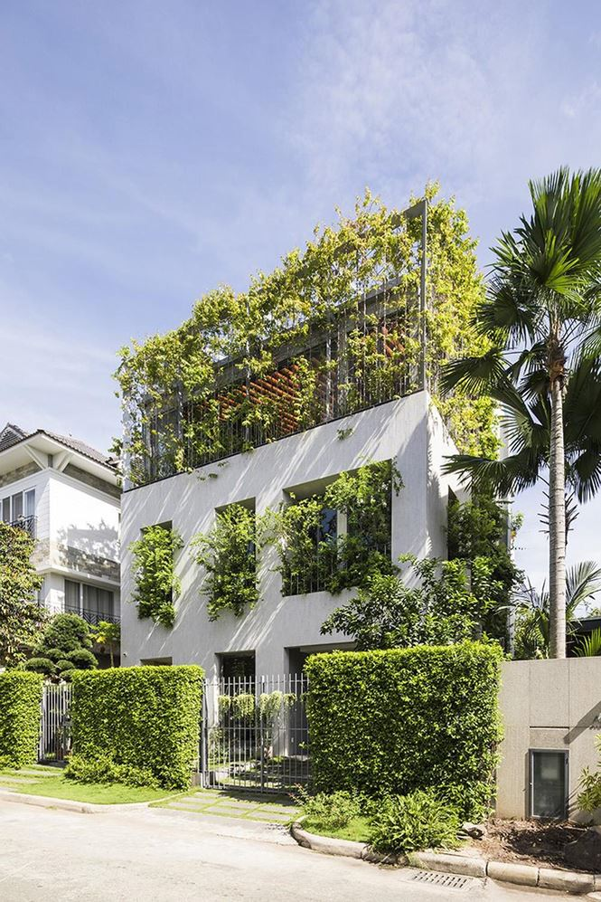 Từ trên cao xuống thấp, mọi nơi trong ngôi nhà đều đem lại cho ta cảm giác tươi mát, dễ chịu như đang được hòa mình vào với thiên nhiên cỏ cây