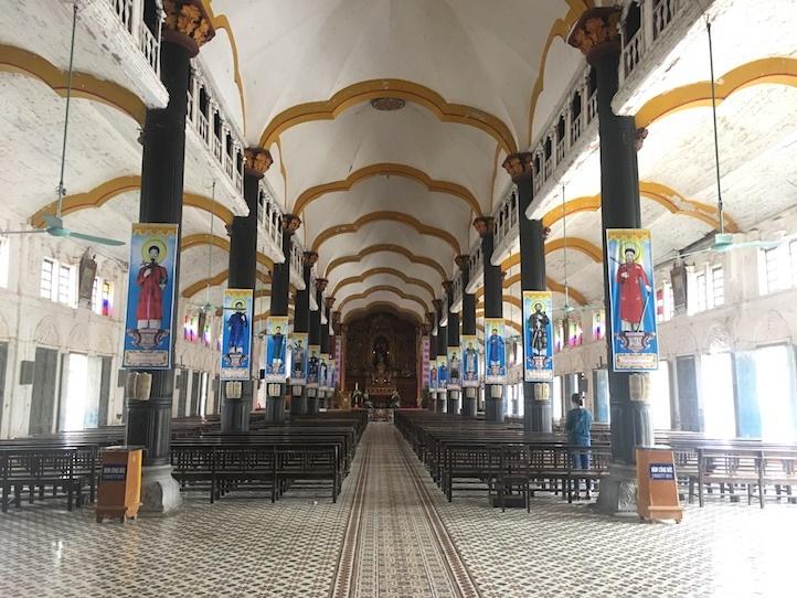 Bên trong nhà thờ Bùi Chu