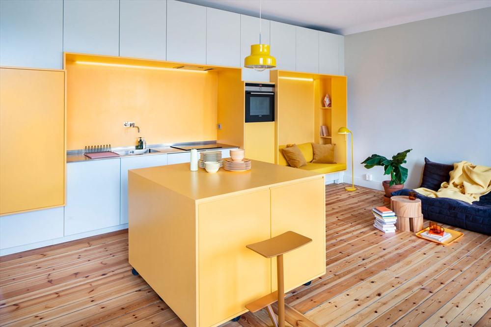 Một chiếc bàn lớn màu vàng để đặt bát đũa và đồ ăn.