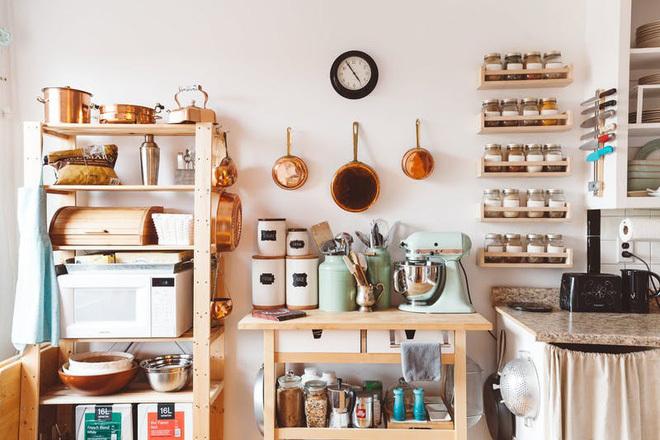 Bạn đừng bỏ qua những mảng tường còn trống trong phòng bếp nhé! Bạn có thể sử dụng các loại kệ để tránh lãng phí không gian. Để tăng tính thẩm mỹ cho phòng bếp, bạn có thể trưng bày trên hệ thống kệ mở chai, lọ, cốc chén, bát đĩa,…độc đáo của mình.