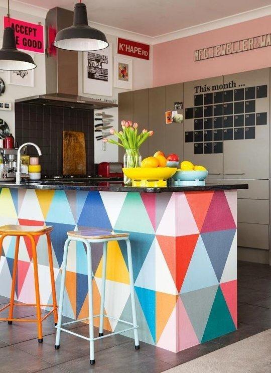 Căn bếp nhỏ hoàn toàn có thể trở nên ấn tượng nhờ những ô màu sặc sỡ. Nhiều người cho rằng, bếp là nơi nấu nướng nên không nhất thiết phải bỏ ra quá nhiều công sức để trang trí, chỉ cần đảm bảo sự sạch sẽ và tiện  ích của chúng là được. Nhưng thực tế khi bước vào căn bếp đẹp và bắt mắt mỗi ngày, cảm giác thích thú với việc nấu ăn sẽ tăng lên nhiều đó.