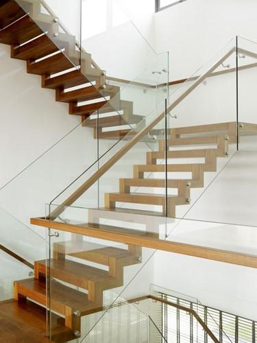 Lan can kính không tay vịn giúp căn nhà trở nên đẹp hiện đại, lịch sự và có tầm nhìn rộng mở không bị che khuất bởi những vật cản như tay vịn inox hay tay vịn gỗ vẫn dùng. Ảnh: Nhomxinhcaocap.