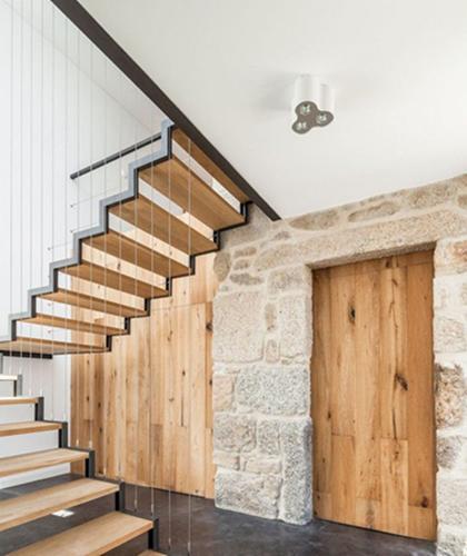 Ưu điểm của cầu thang dây cáp là giúp ánh sáng và gió có thể lùa vào bên trong tạo không gian thoáng đãng và dễ chịu cho căn nhà. Ảnh: Cauthanggo.
