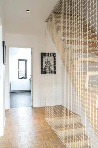 Lưới cầu thang sợi dù được ưa chuộng bởi tính thẩm mỹ và hiện đại. Ảnh: Happynest.
