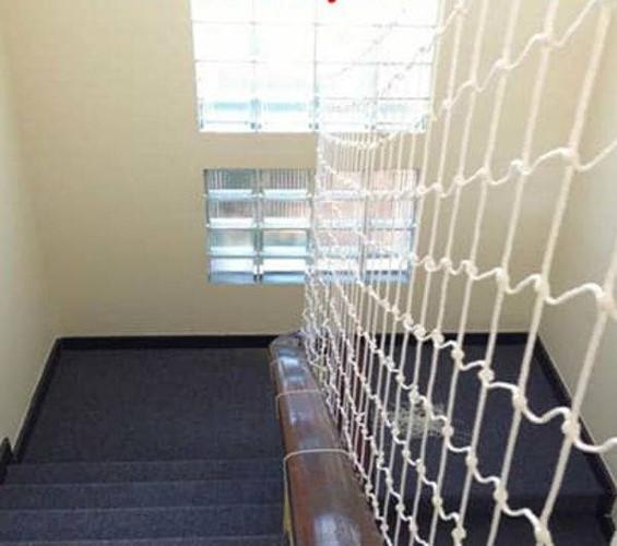 Ngoài làm lan can cầu thang, lưới sợi dù còn thích hợp cho việc che chắn tại khu vực giếng trời. Ảnh: Luoicauthang.