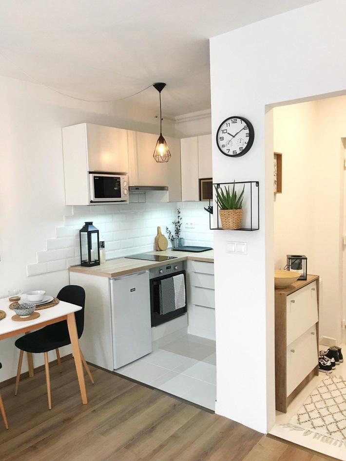 Căn bếp này có diện tích chỉ chừng 3m2 nhưng hệ bếp chữ L thực sự phát huy tác dụng, giúp khu bếp trở nên gọn gàng, tiện dụng và đẹp mắt hơn.