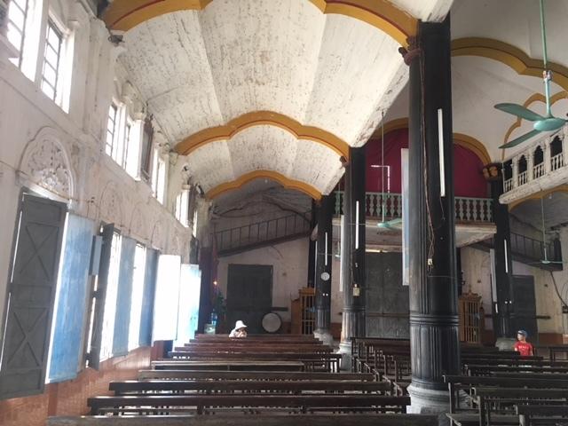 Trần nhà thờ chủ yếu làm bằng vật liệu địa phương trong đó có dùng vôi rơm tạo những vòm cong thoáng nhẹ