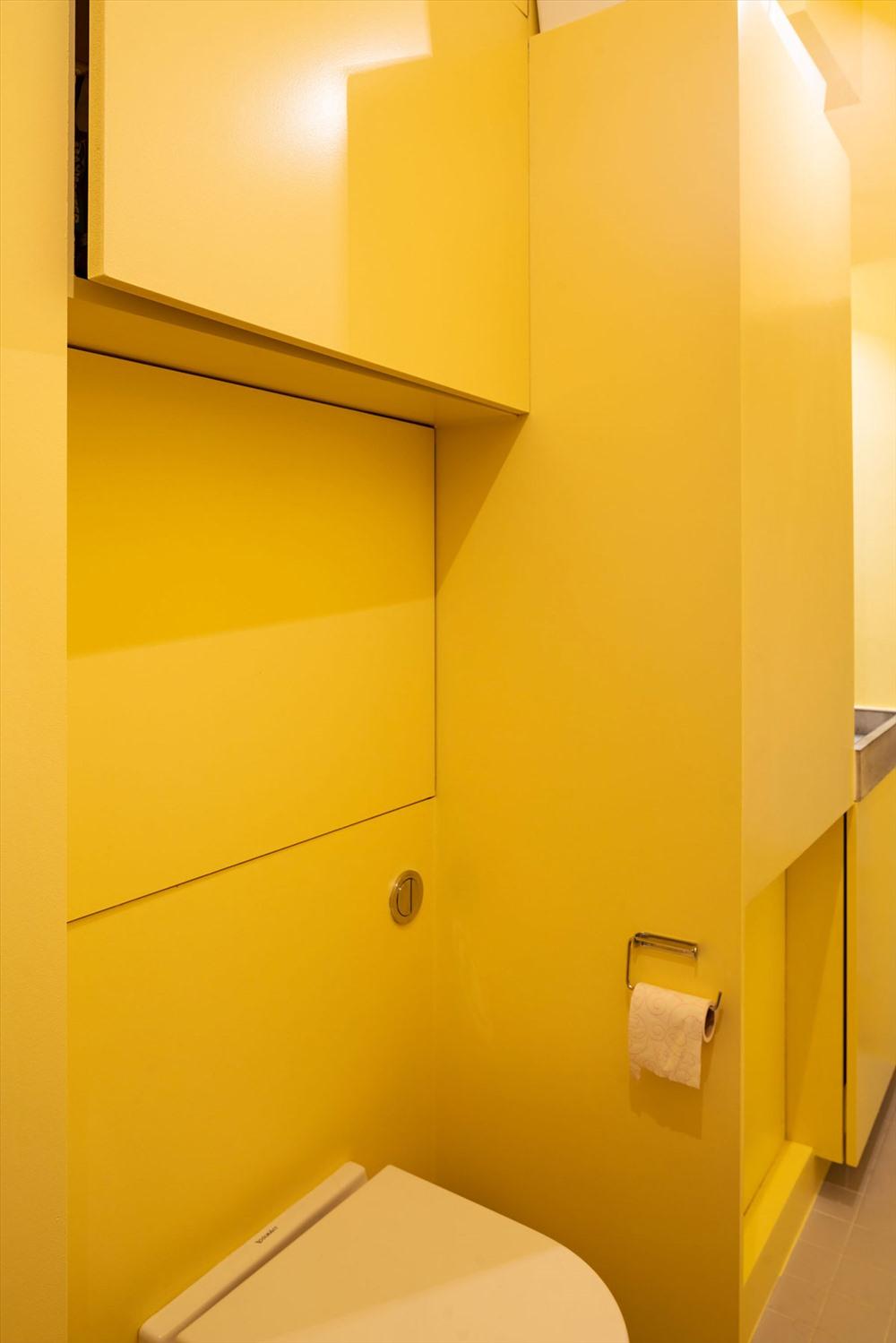 Màu vàng cũng được lựa chọn để trang trí nhà vệ sinh và nhà tắm hiện đại.