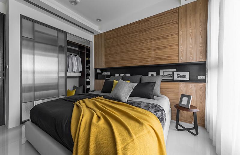 Tủ quần áo ngăn cách với giường ngủ thông qua cánh cửa trượt.