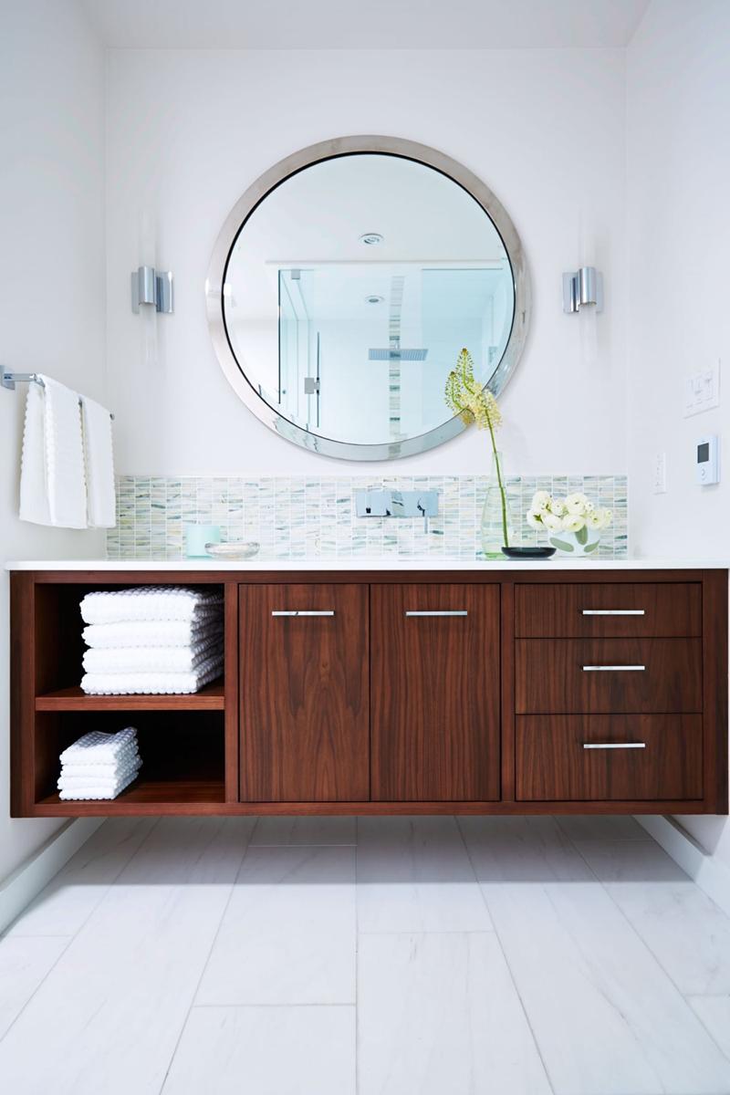 Tủ làm bằng gỗ tự nhiên nổi bật trên nền tường đá cẩm thạch