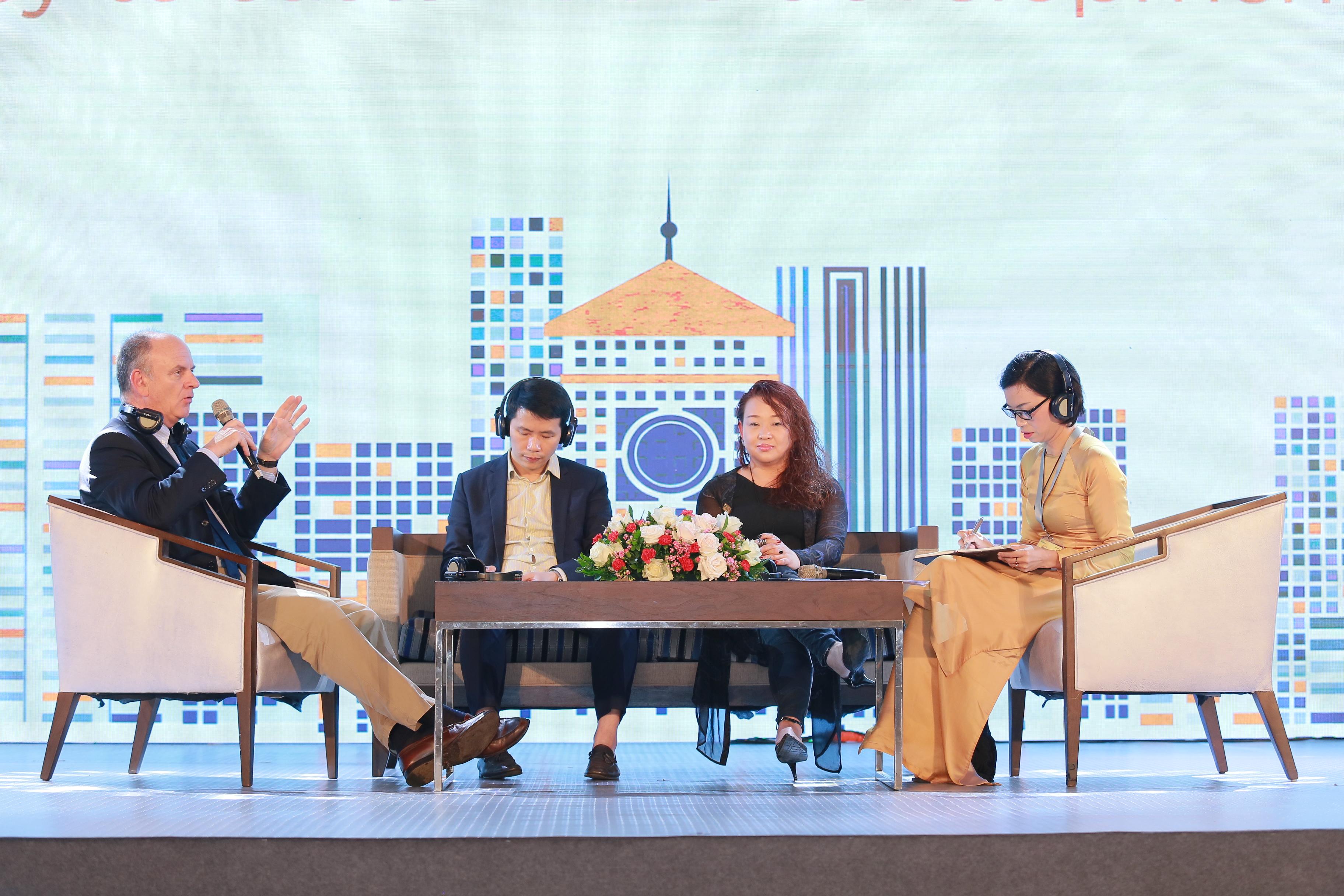 Các diễn giả cùng tham gia trao đổi về chủ đề Các ưu tiên cần làm để thúc đẩy hoạt động bảo tồn di sản tại Việt Nam