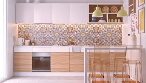 Giấy dán có hình hoa nhẹ nhàng đã tô điểm thêm cho tủ bếp được chia thành nhiều ô như những ngăn để quần áo