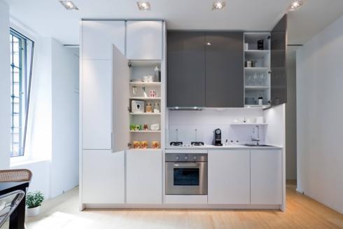 Với cách thiết kế tủ bếp như một chiếc tủ để quần áo, các loại cốc chén được để gọn gàng trong từng ngăn tủ