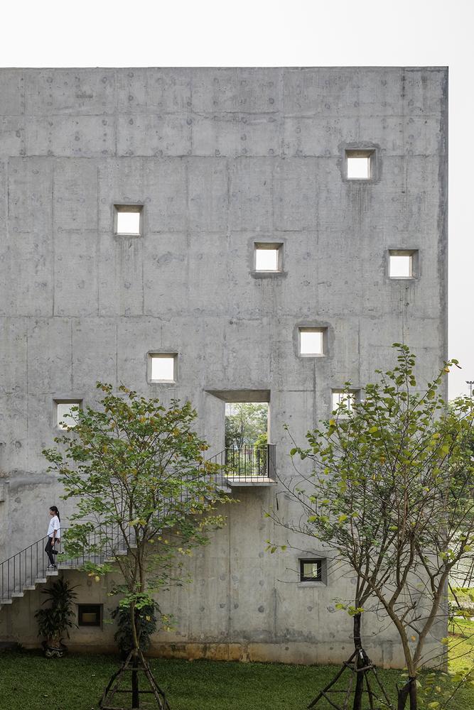 Các studio đều có mặt mở hướng về phía Bắc, nơi có nhiều cảnh quan cây xanh đẹp nhất. Các bức tường hình chữ V được thiết kế cao để cắt giảm lượng ánh sáng mặt trời gay gắt từ phía Đông và Tây đến mặt tiền - đây được xem là điểm ấn tượng với những người mới đến tòa nhà. Vườn trên mái sẽ hoạt động như bên ngoài studio. Các lỗ nhỏ trên tường sẽ đón những tia nắng nhẹ và gió cho không gian gác mái bên trên.