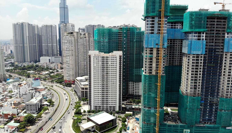 """TP.HCM và Hà Nội cũng đang phải """"gồng mình"""" trước việc cấp phép xây dựng các toà nhà cao tầng một cách dồn nén. Ảnh: Quỳnh Danh"""