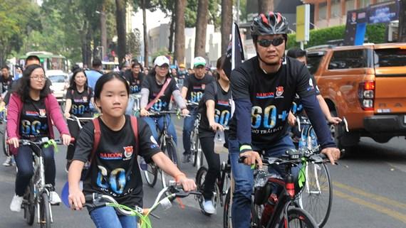 Đi xe đạp trên đường Phạm Ngọc Thạch. Ảnh: THÀNH TRÍ