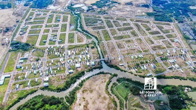 Hạ tầng giao thông phát triển, kéo theo hàng loạt dự án đất nền vùng ven bùng nổ. Ông Lê Hoàng Châu cho rằng, do quỹ đất tại khu Nam không cao, giá lại đắt nên việc nhà đầu tư dịch chuyển đến vùng giáp ranh là đương nhiên. Từ đó, sẽ giúp hình thành nên một số khu đô thị vệ tinh mở rộng trong tương lai không xa.
