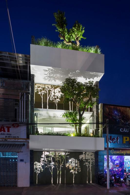 Công trình 204 House do MW archstudio thiết kế, được xây dựng tại Nha Trang (Khánh Hòa). Bằng giải pháp lùi mặt đứng vào trong để tạo khoảng đệm cho ngôi nhà, bố trí các không gian cây xanh tại vị trí này, ngôi nhà đã nhường lại khoảng lùi, tăng cường cho đô thị mảng xanh.