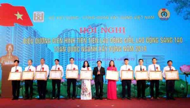 Thứ trưởng Nguyễn Văn Sinh trao Bằng khen của Thủ tướng Chính phủ cho các cá nhân điển hình tiên tiến