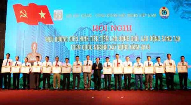 Thứ trưởng Nguyễn Văn Sinh trao Bằng khen của Bộ trưởng Bộ Xây dựng cho các cá nhân điển hình tiên tiến