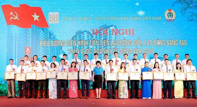 Chủ tịch Công đoàn XDVN Nguyễn Thị Thủy Lệ trao Bằng khen của Công đoàn XDVN cho các cá nhân điển hình tiên tiến
