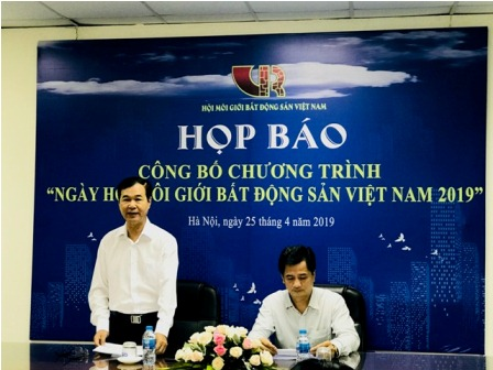 Ông Nguyễn Mạnh Hà, Chủ tịch Hội môi giới bất động sản Việt Nam phát biểu tại họp báo (Ảnh: HNV)