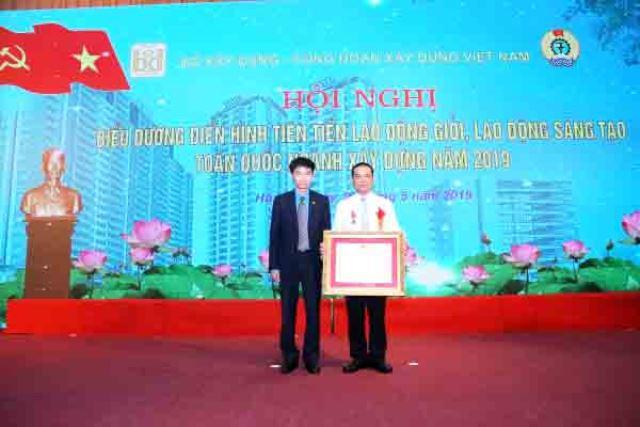 Phó Chủ tịch Tổng Liên đoàn LĐVN Trần Văn Thuật trao Huân chương Lao động hạng Ba của Chủ tịch nước cho cá nhân điển hình tiên tiến