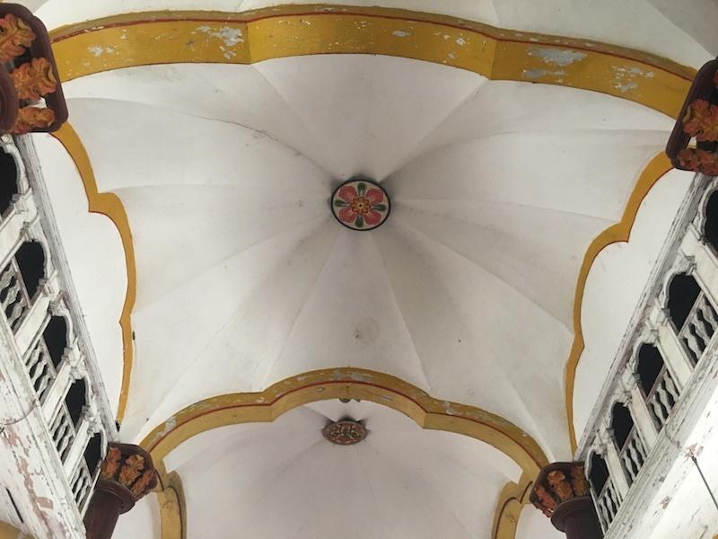 Những hình ovan 3 lá trên trần là biến thể của Thiên chúa giáo, không thấy ở các nhà thờ Việt Nam với nhiều chi tiết cầu kỳ là dấu ấn nhận biết ngôi thánh đường. Hình ảnh kết hối ba hình ovan vừa thể hiện đường nét ba rốc cổ kính vừa thể hiện nét phương Đông.
