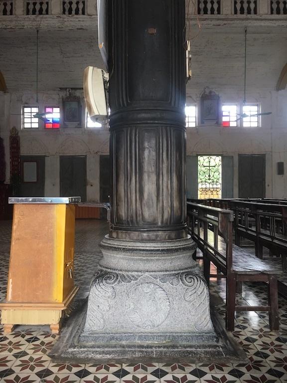 Những hàng gỗ lim được đặt trên những bệ đá điêu khắc tinh xảo