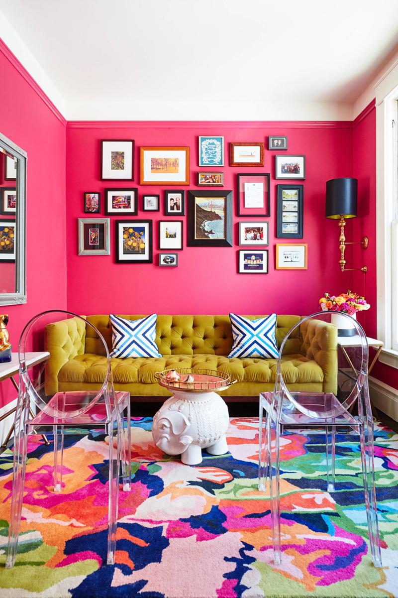 Bộ sofa màu vàng kê sát bức tường màu sen hồng đã làm cho phòng khách thêm sang trọng và khiến cho chúng ta như lúc nào cũng muốn trở về nhà