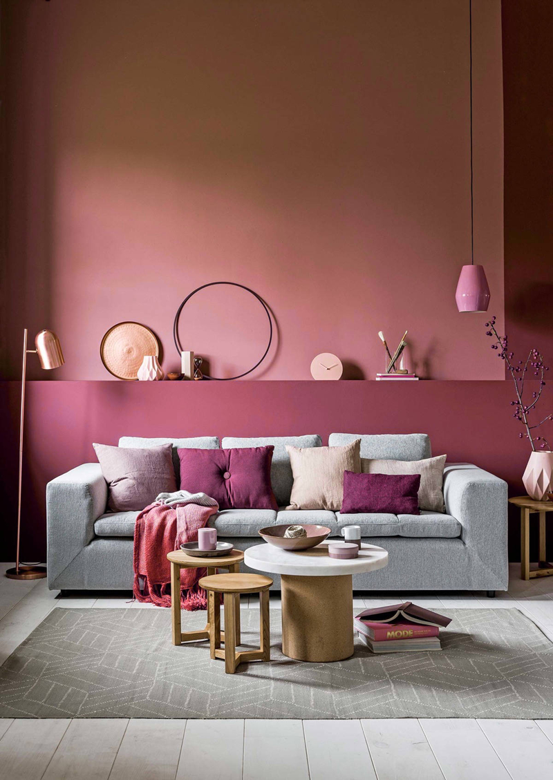 Một góc phòng khách có sự pha trộn giữa màu hồng phấn, hồng cánh sen,  màu chì và trắng