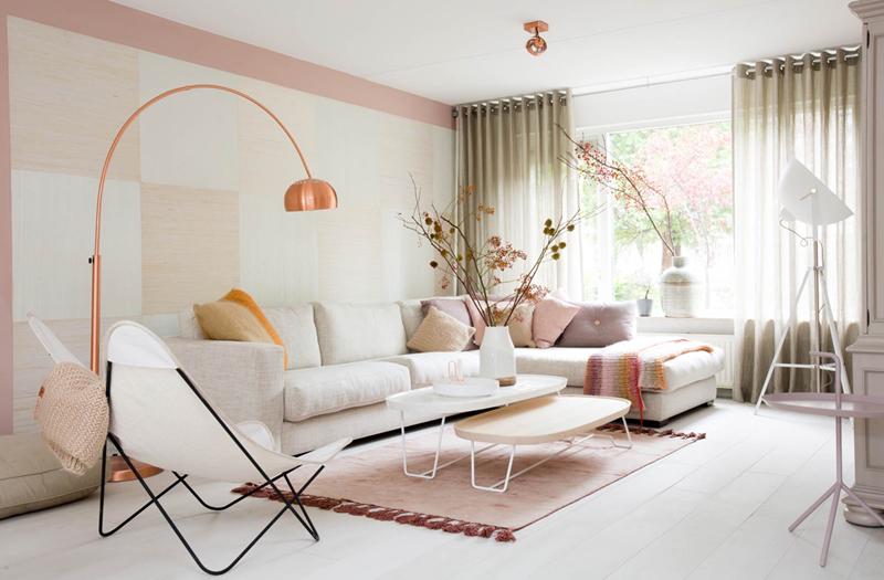 Chiếc đèn màu hồng rủ xuống bộ bàn ghế sofa màu trắng đã làm cho căn phòng trở nên sang trọng hơn