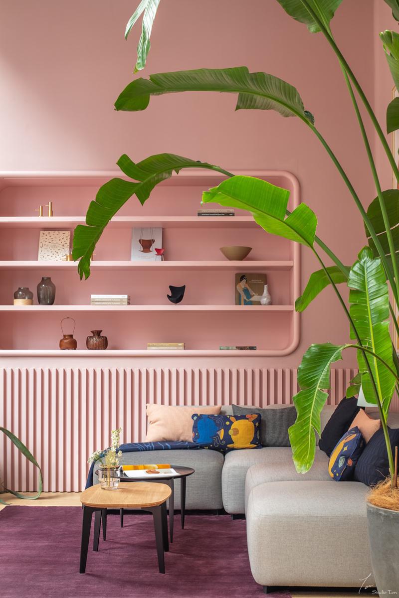 Cây chuối có lá xanh trong căn phòng màu hồng này khiến chúng ta cảm giác như bước vào căn phòng ấm áp nhưng lại gần gũi với thiên nhiên