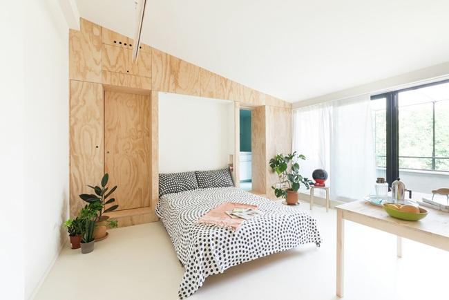 Giường ngủ được giấu áp vào tường sẽ được kéo xuống khi ngủ rất gọn gàng cho căn hộ