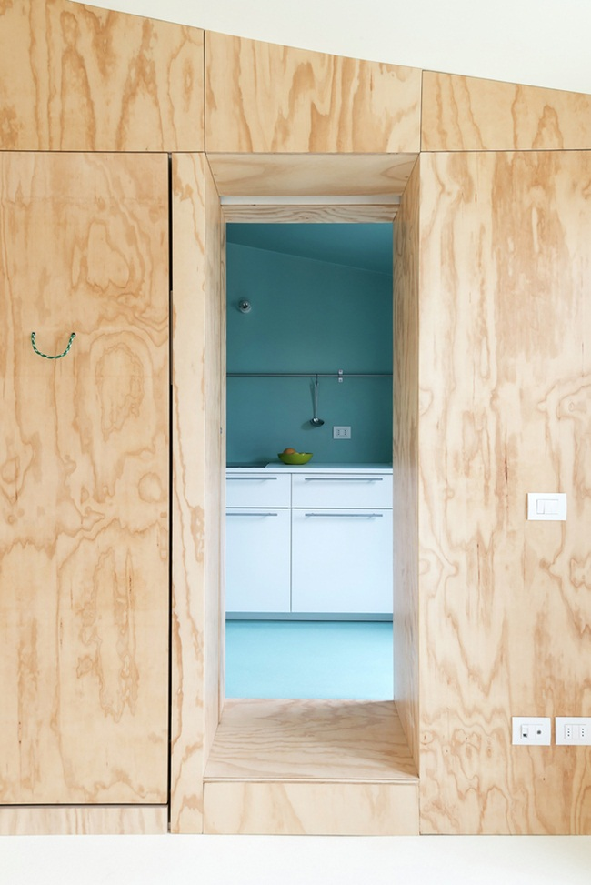 Phòng tắm và nhà bếp có cấu trúc hình hộp và được sơn màu xanh