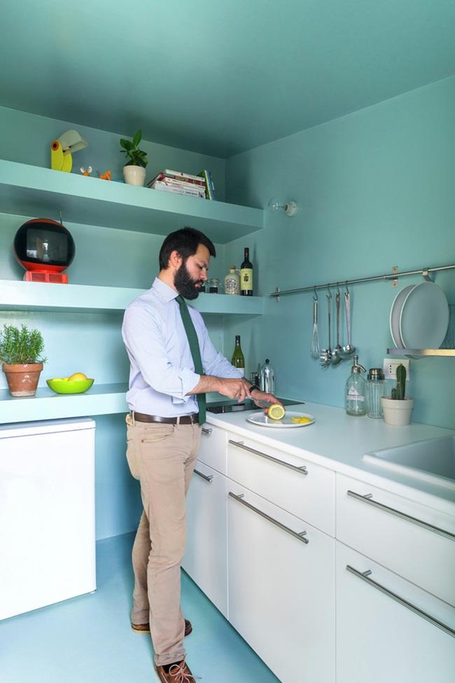 Gian bếp nhỏ nhưng đầy đủ các thiết bị để chủ nhà có thể nấu nướng