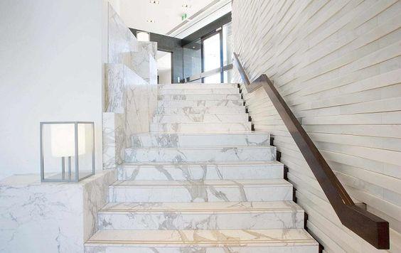 Ý tưởng cầu thang đá marble trắng cùng đường vân tự nhiên đơn giản kết hợp với ngôi nhà có tông sáng và thông thoáng sẽ là sự lựa chọn tuyệt vời