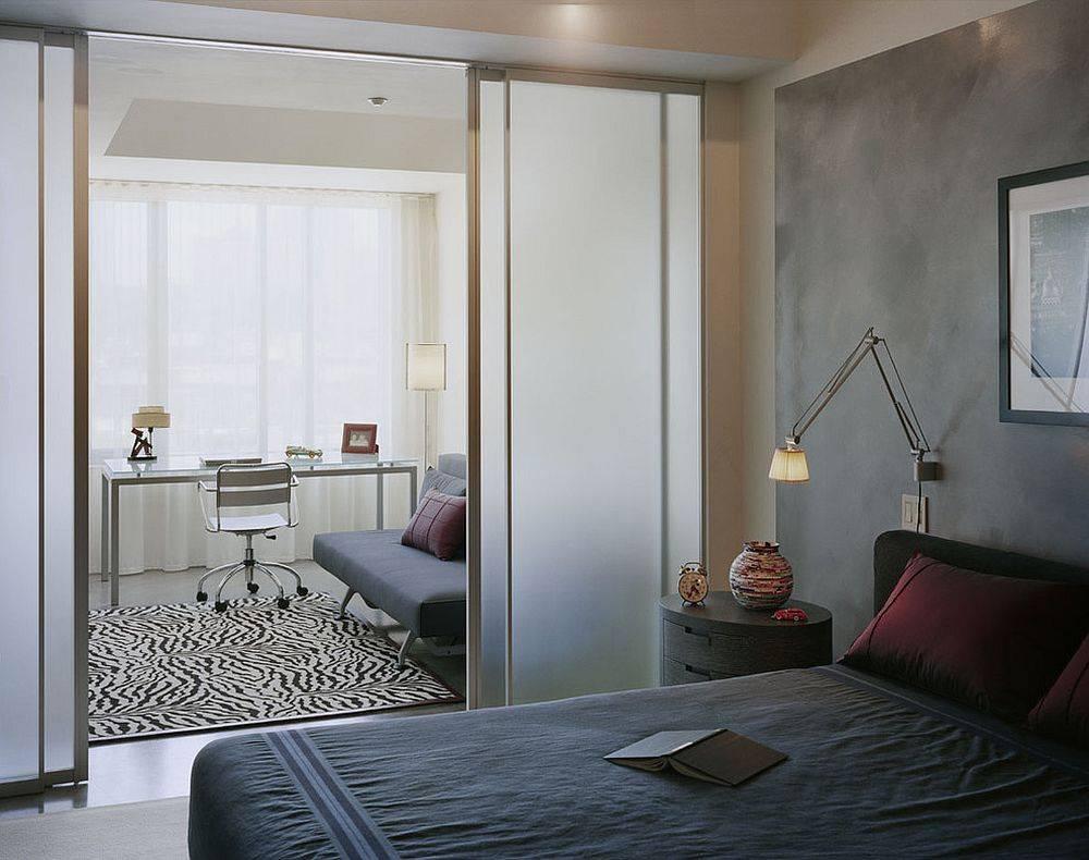 Phòng ngủ ngăn cách với không gian phòng làm việc bằng cửa kính trượt