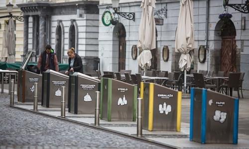 Các thùng rác dành riêng cho từng loại rác được đặt tại trung tâm thủ đô Ljubljana. Ảnh: Guardian