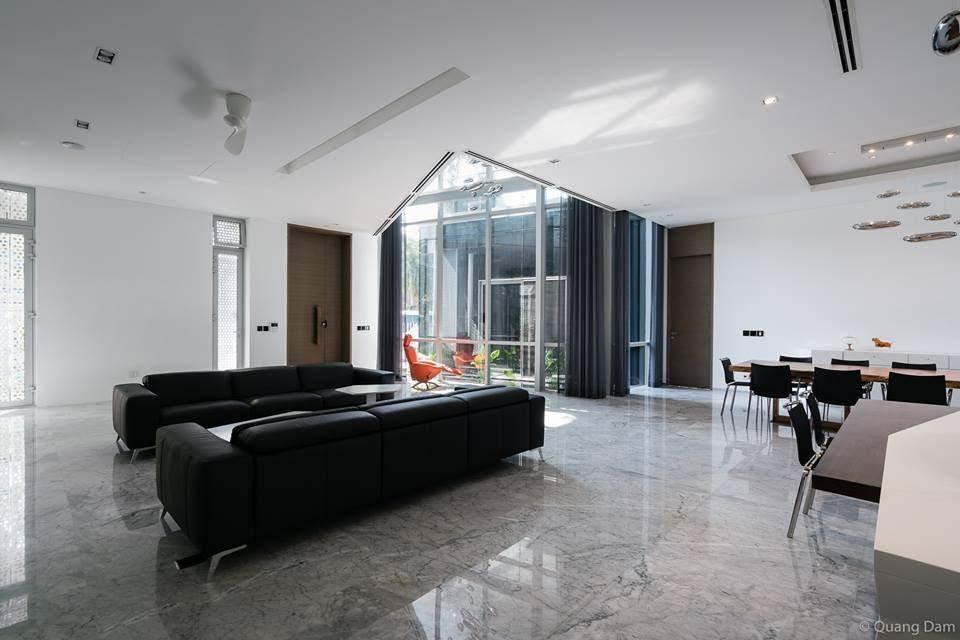 Một góc khác của phòng khách khi nhìn từ nhà bếp, nơi xa nhất là cánh cửa sổ lớn kín kẽ