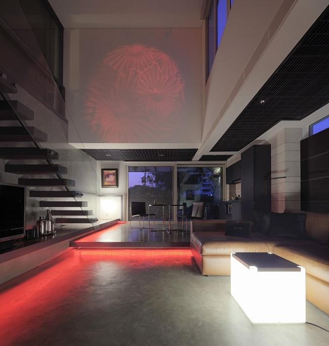 Thiết kế đèn thông minh có thể thay đổi nhiều màu sắc mang lại vẻ độc đáo cho căn phòng.