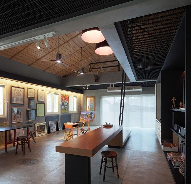 Ngôi nhà cũng có một phòng tranh rộng rãi chứa đầy các tác phẩm nghệ thuật.