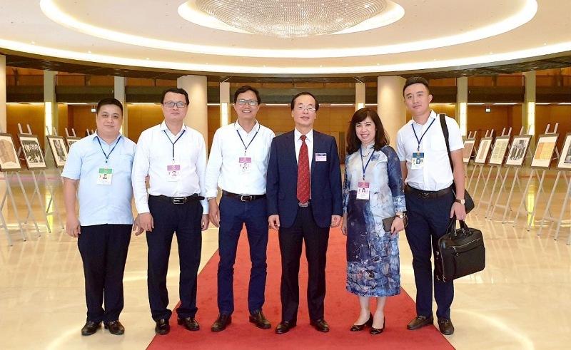 Bộ trưởng Bộ Xây dựng Phạm Hồng Hà chụp ảnh cùng Ban soạn thảo Luật Kiến trúc bên hành lang Quốc hội