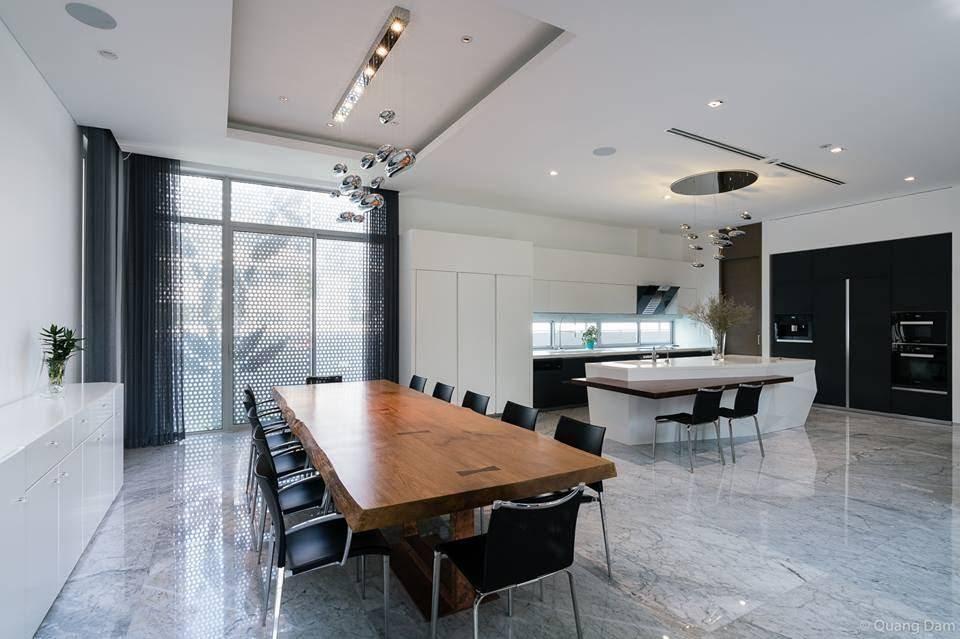Đèn thả trần và hệ thống đèn được làm tương tự ở phía nhà bếp tạo sự đồng nhất trong không gian chung
