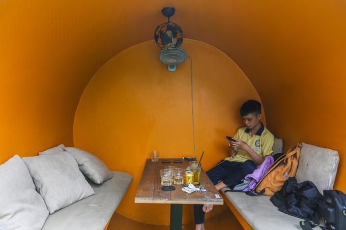 Bên trong ống cống được lắp thêm đèn, quạt, sơn màu sắc rực rỡ. Mỗi ống cống chứa tối đa 6 người ngồi uống cà phê.