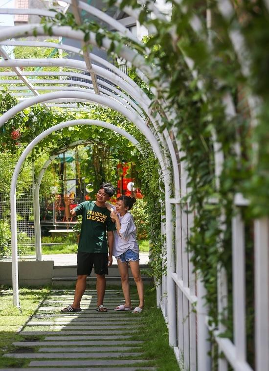 Quán được trồng nhiều cây xanh, hoa lá, đặt tiểu cảnh hồ nước, bonsai… Lối vào là mái vòm dài với những cây leo xanh tươi, thu hút nhiều bạn trẻ chụp hình.