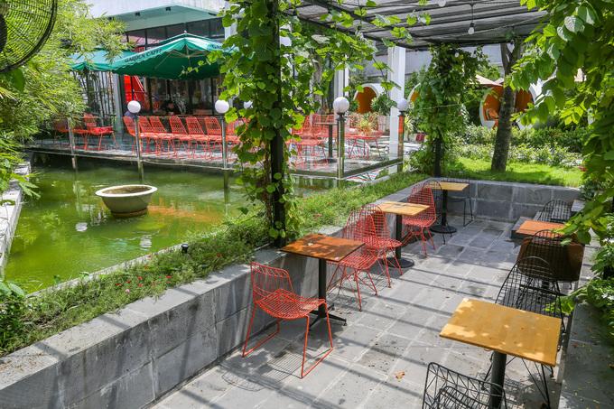 Không gian sân vườn với điểm nhấn là hồ nước nằm ở vị trí trung tâm quán, bên dưới được thả cá Koi, chép.